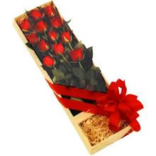 kutuda 12 adet kirmizi gül   Bayburt çiçek yolla