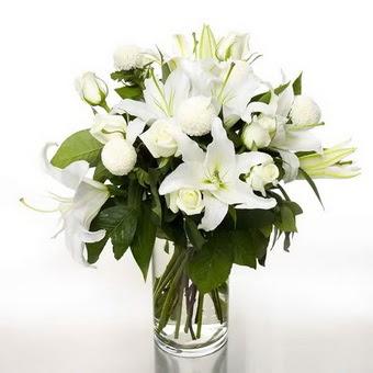 Bayburt çiçek gönderme sitemiz güvenlidir  1 dal cazablanca 7 adet beyaz gül vazosu