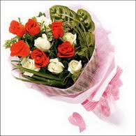 5 kirmizi 5 beyaz güllerden   Bayburt online çiçek gönderme sipariş