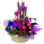 çikolata ve sepette çiçek   Bayburt çiçek gönderme sitemiz güvenlidir