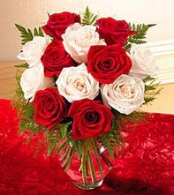 Bayburt uluslararası çiçek gönderme  5 adet kirmizi 5 adet beyaz gül cam vazoda