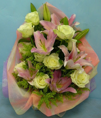 11 adet gül ve 2 adet kazablanka buketi  Bayburt internetten çiçek satışı