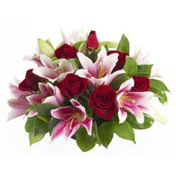 güller ve kazablnaklardan aranjman  Bayburt anneler günü çiçek yolla