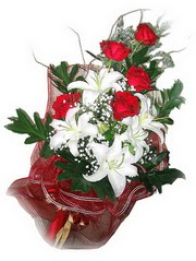 Bayburt kaliteli taze ve ucuz çiçekler  5 adet kirmizi gül 1 adet kazablanka çiçegi buketi
