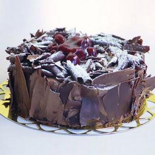 pasta yolla 4 ile 6 kisilik visneli çikolatali yas pasta  Bayburt çiçek siparişi sitesi