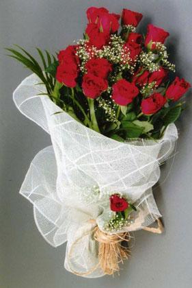 10 adet kirmizi güllerden buket çiçegi  Bayburt yurtiçi ve yurtdışı çiçek siparişi