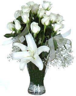 cam içerisinde 11 beyaz gül ve 1 kazablanka  Bayburt çiçek siparişi sitesi