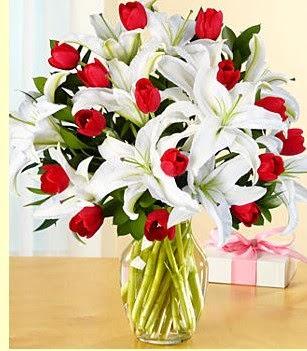 Bayburt çiçek siparişi sitesi  3 kazablanka 10 kırmızı gül vazosu