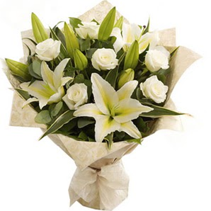Bayburt anneler günü çiçek yolla  3 dal kazablanka ve 7 adet beyaz gül buketi