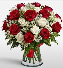 Vazoda 12 kırmızı 12 beyaz gül tanzimi  Bayburt uluslararası çiçek gönderme