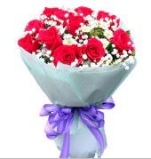 12 adet kırmızı gül ve beyaz kır çiçekleri  Bayburt çiçekçi mağazası