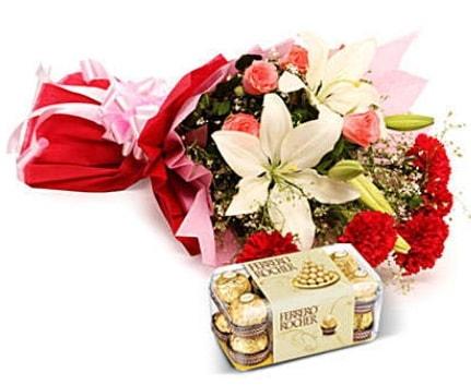 Karışık buket ve kutu çikolata  Bayburt çiçek , çiçekçi , çiçekçilik
